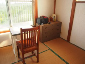 Tatami mat and chest of drawers.